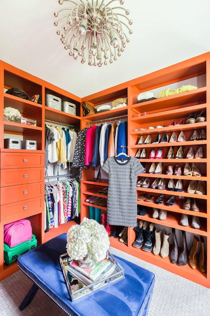 оранжевый цвет шкафов в интерьере гардеробной комнаты