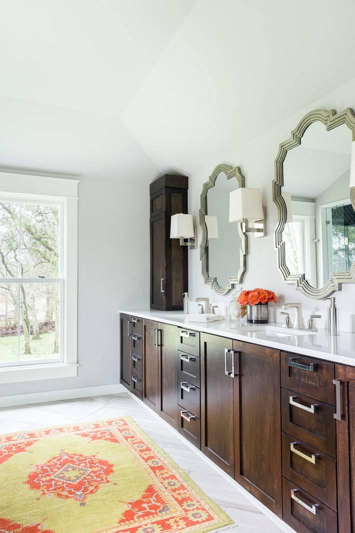 большая ванная комната с двумя умывальниками и зеркалами фото