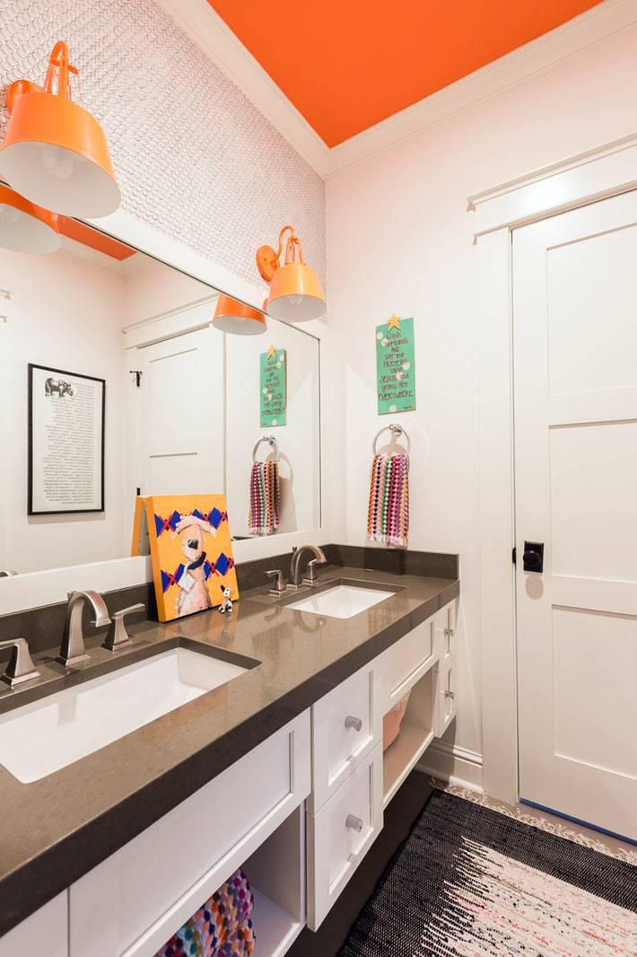 оранжевый потолок в детской ванной комнате фото