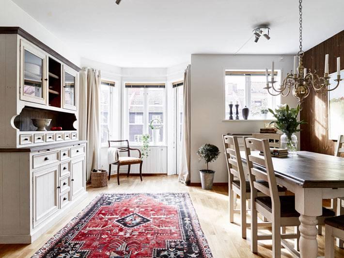 отдельная комната для столовой с ковром в квартире