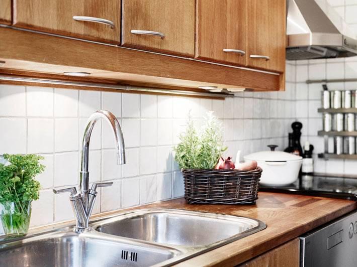 светлая скандинавская кухня с деревянными шкафчиками