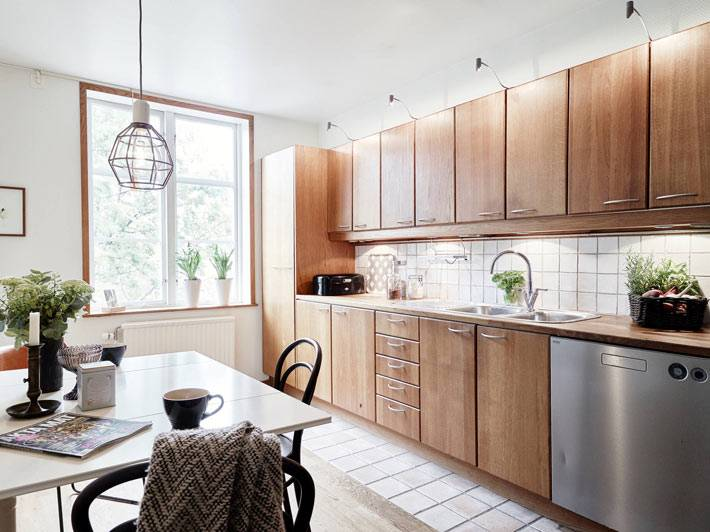 интерьер кухни с деревянными фасадами и встроенной техникой