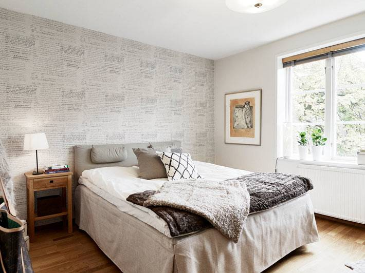 минимум мебели и серый цвет в дизайне спальни фото