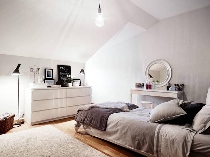 мансардная спальня с минимальным дизайном фото