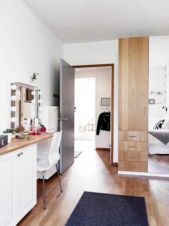 туалетный столик с лампочками в спальной комнате