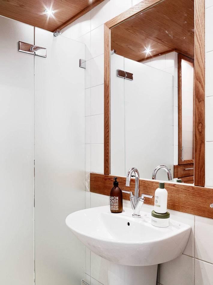 скандинавский дизайн ванной комнаты с деревянным потолком