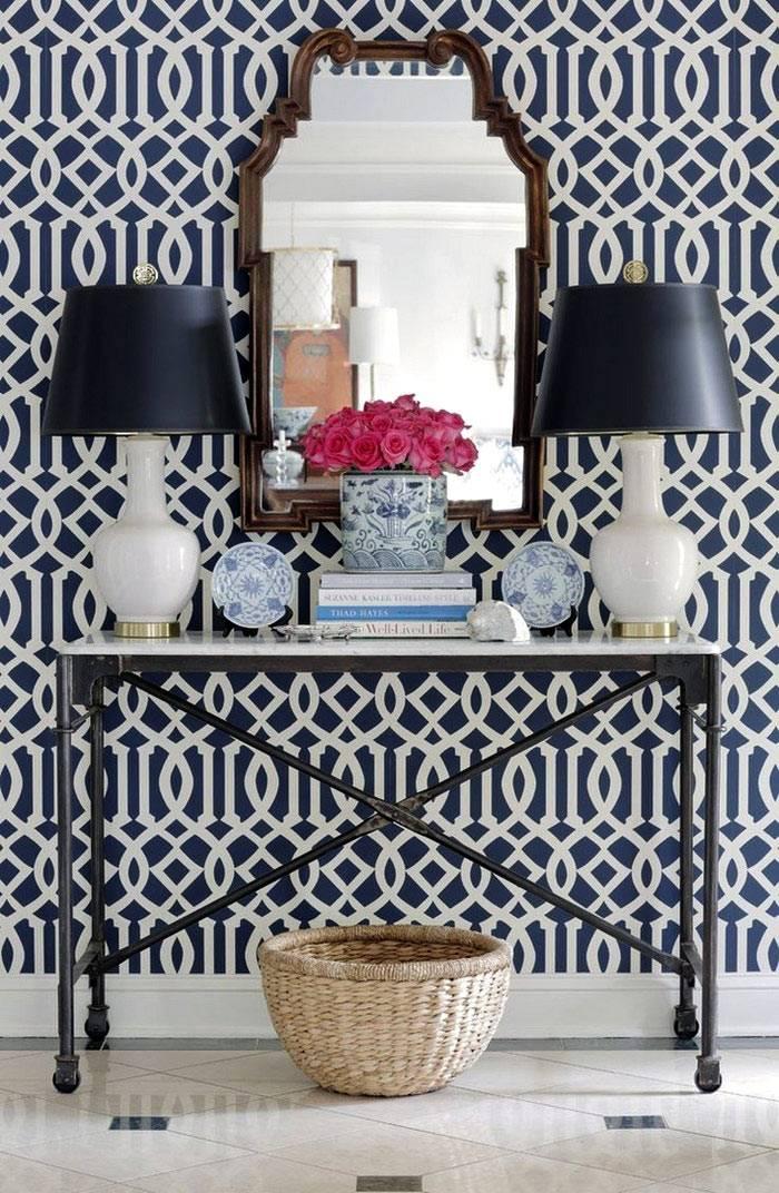 красивые бело-голубые фарфоровые вазы в интерьере