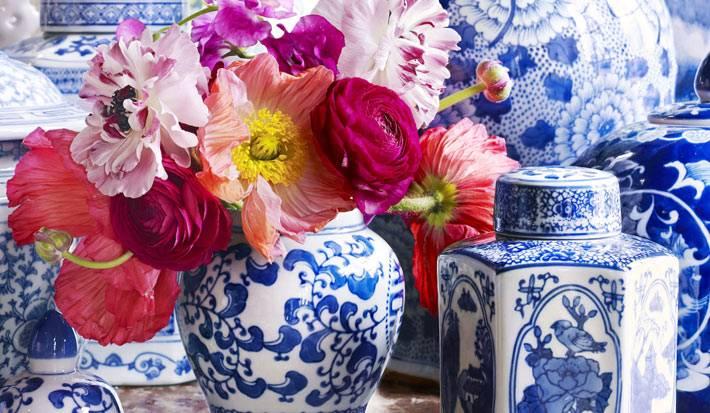 китайские фарфоровые вазы с цветами в дизайне интерьера