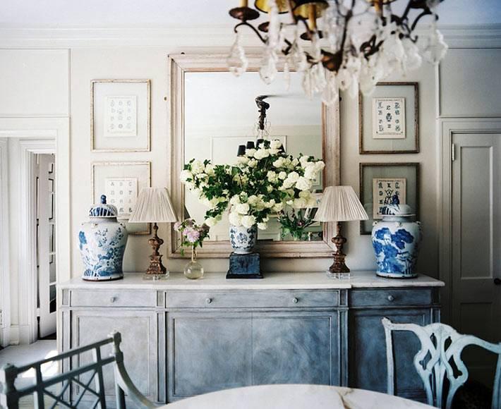 классический интерьер комнаты с китайскими вазами