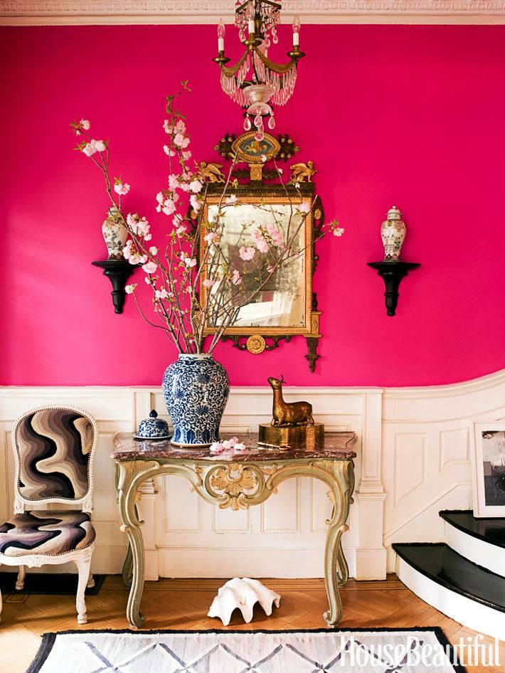 китайская ваза напротив розовой стены фото
