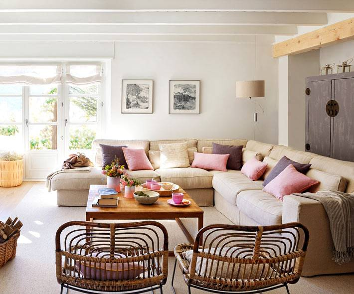 кремовый диван и балки на потолке в испанском доме