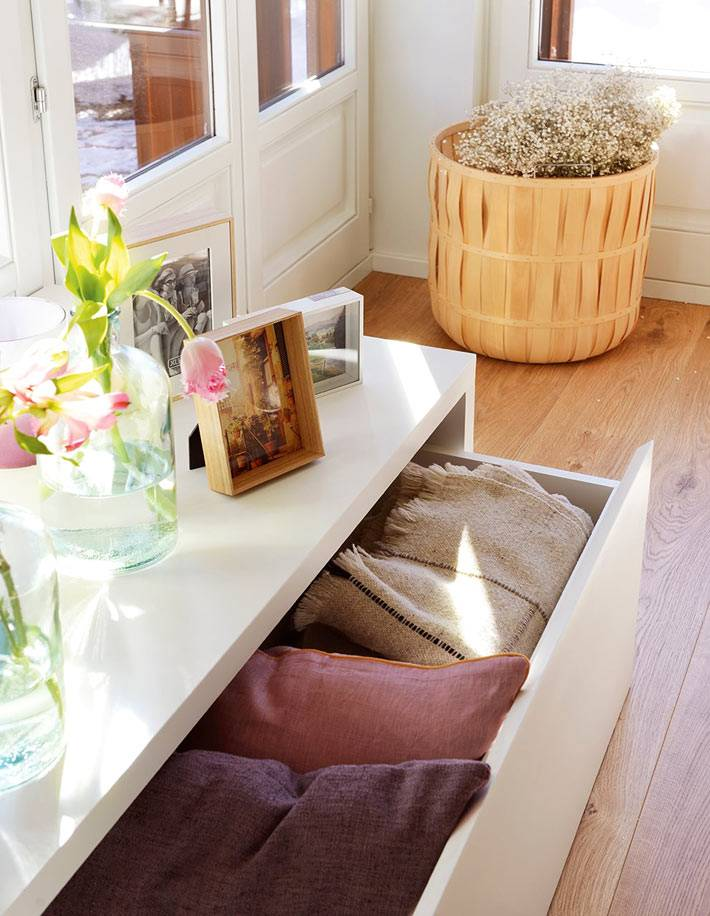 белый комод для хранения подушек и пледов в доме