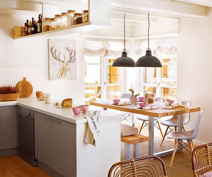 кухня, столовая и гостиная комнаты объеденены в едином пространстве