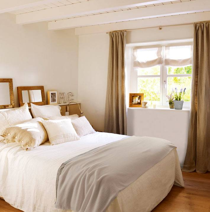пастельные оттенки и зеркала в старых рамах в интерьере спальни