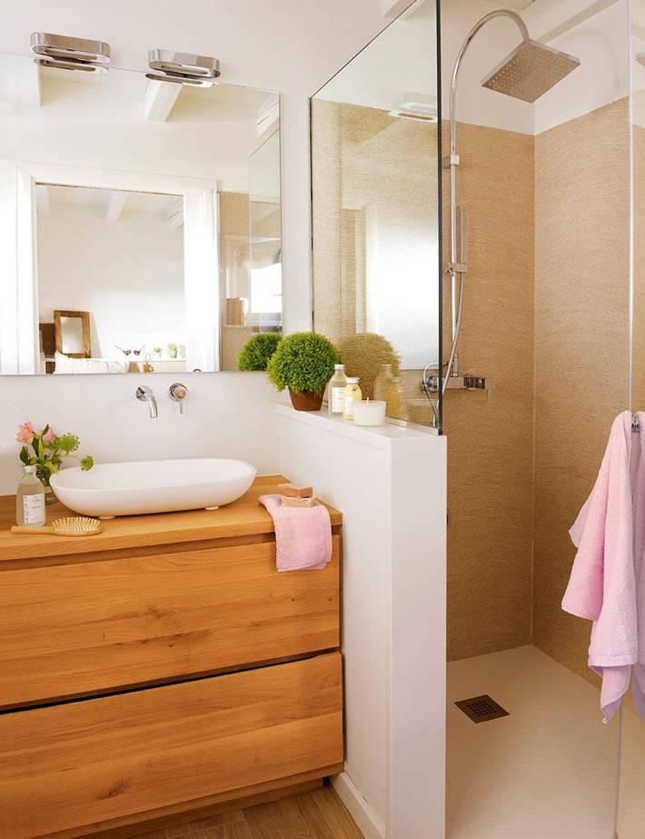 уютный интерьер ванной комнаты с душевой кабиной