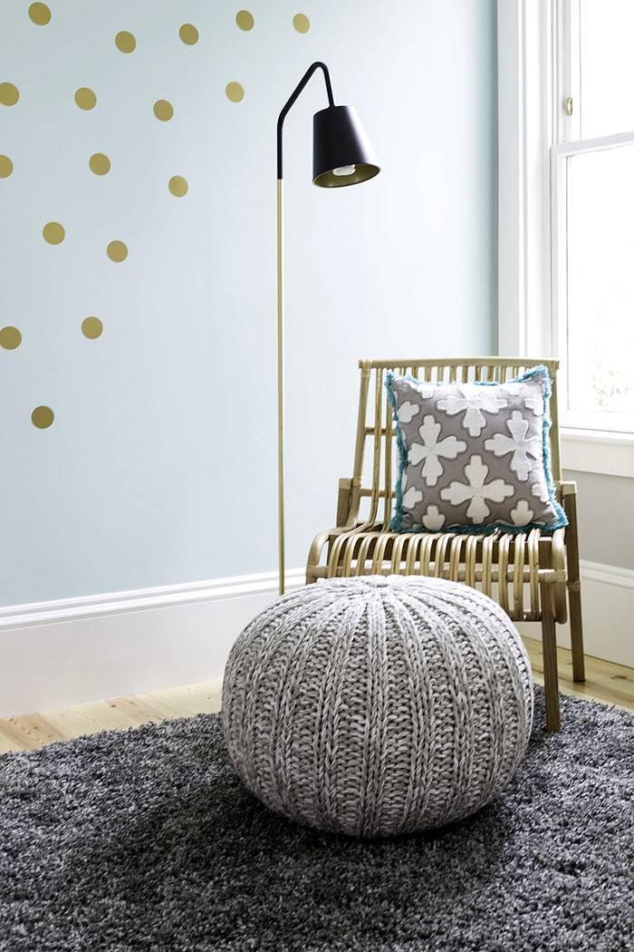 уютное место с пуфом для чтения в детской комнате