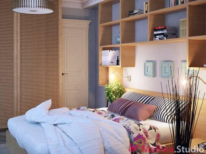 мебель из дерева и полки над кроватью в интерьере спальни