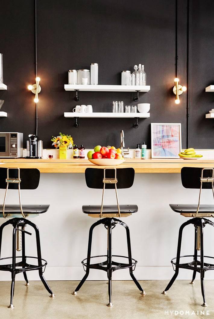 черный интерьер кухни с деревянной барной стойкой
