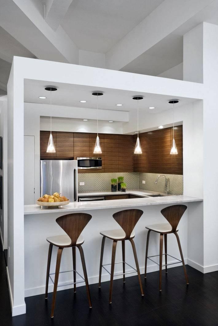 маленькая квадратная кухня с барной стойкой и стульями