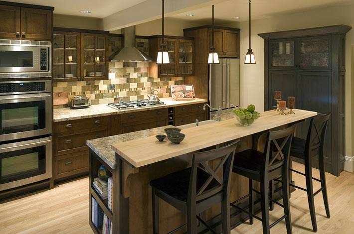 темная деревянная кухня с барной стойкой фото