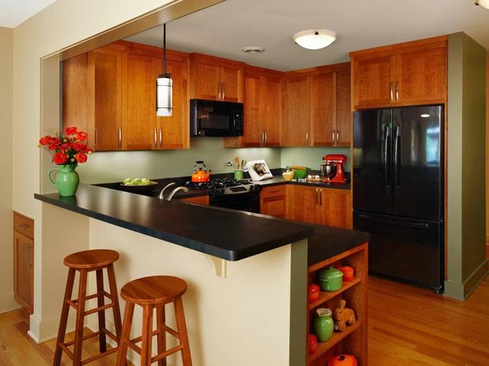открытый интерьер кухни с черной барной стойкой