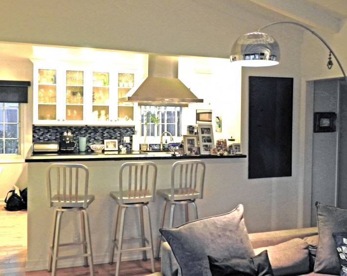 совмещенная кухня с гостиной и барной стойкой