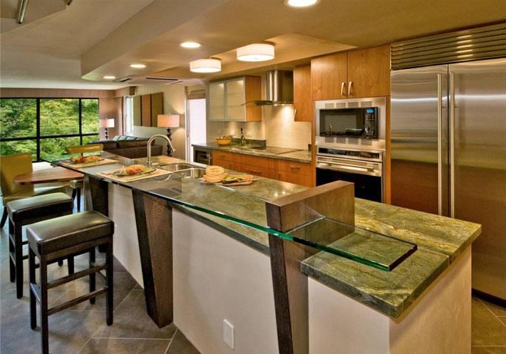 стеклянная барная стойка в дизайне кухни дома