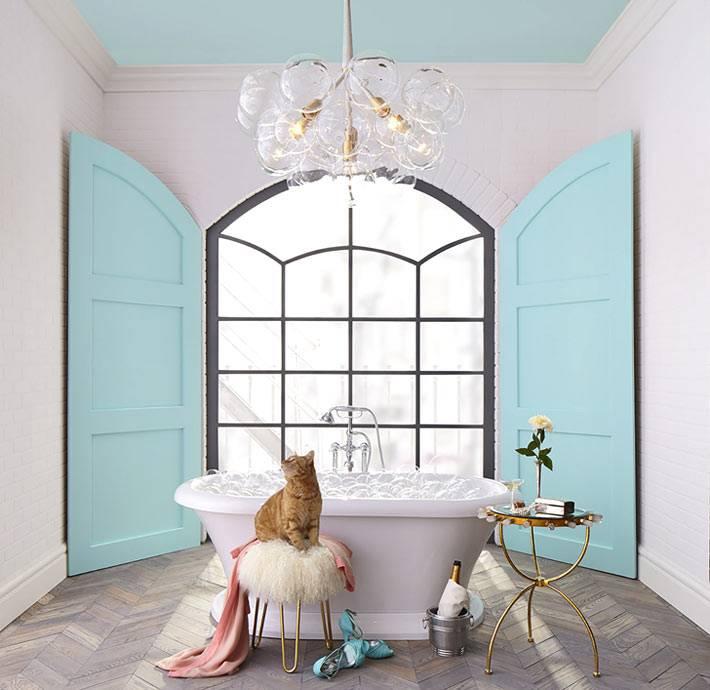 Бирюзовый интерьер ванной комнаты от дизайнера Lisa Mende