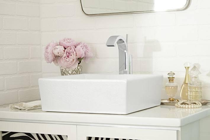 плитка белый кирпичик на стенах красивой ванной комнаты