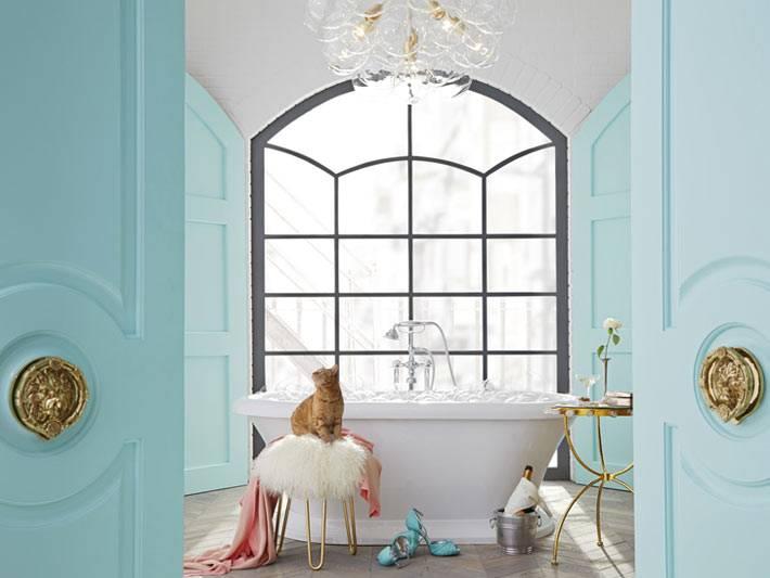 цвет тифани и большое окно в интерьере ванной комнаты