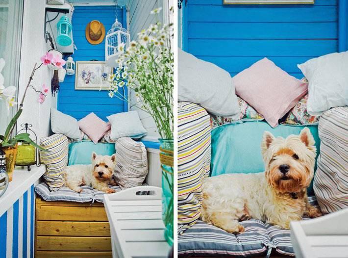 красивый декор летнего балкона с декоративными подушками фото