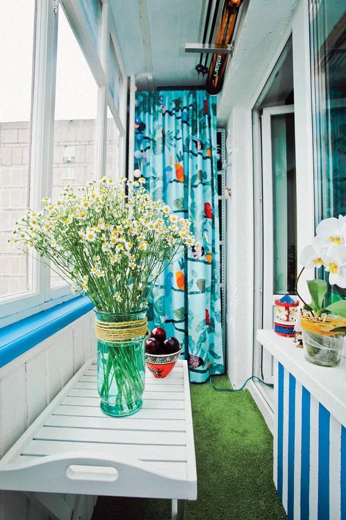 летние цветы и декор закрытого балкона