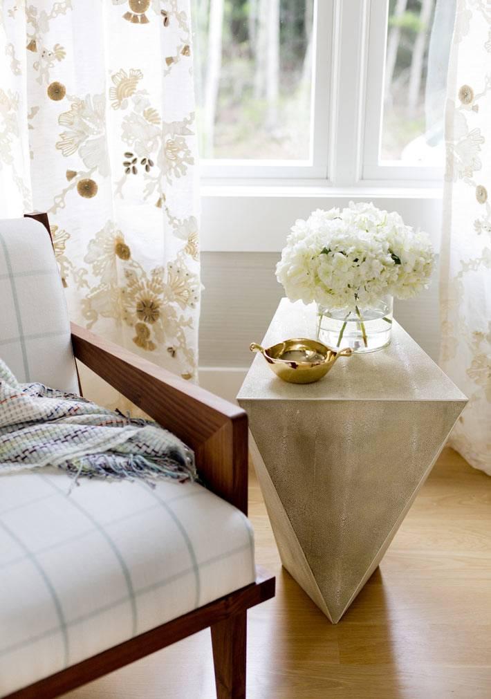 нежно-бежевые оттенки в интерьере красивой спальни