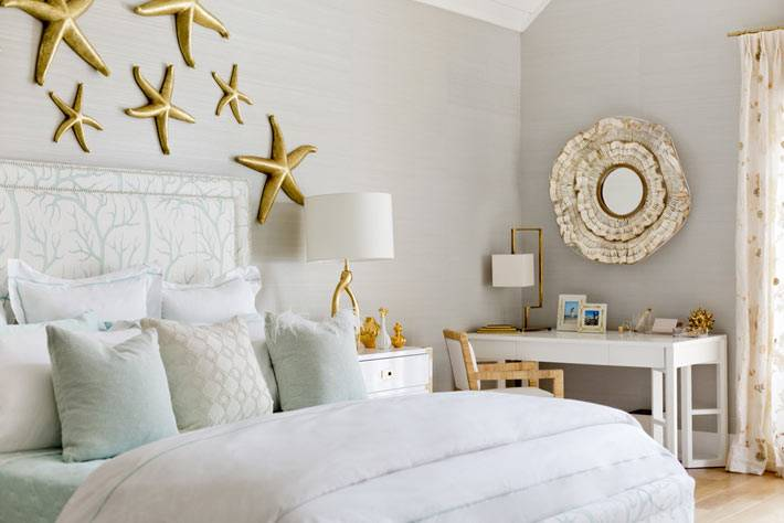 золотые морские звезды на стене спальной комнаты