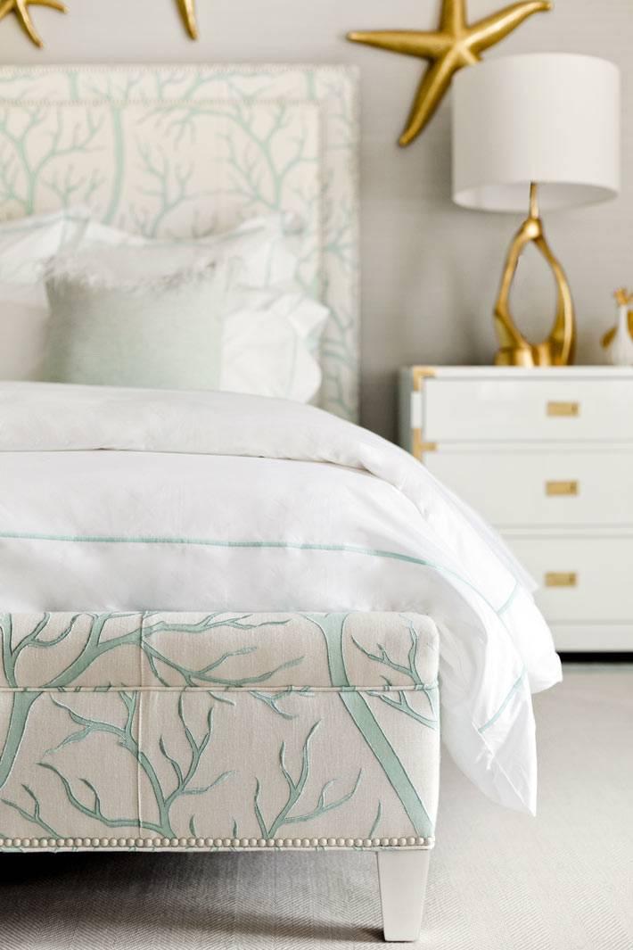 дизайн спальни в работах дизайнера с золотыми звездами на стене