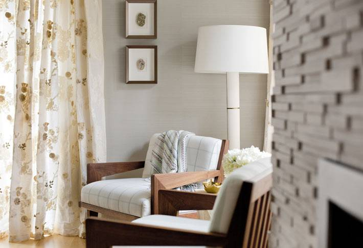 уютный интерьер спальни с морским декором