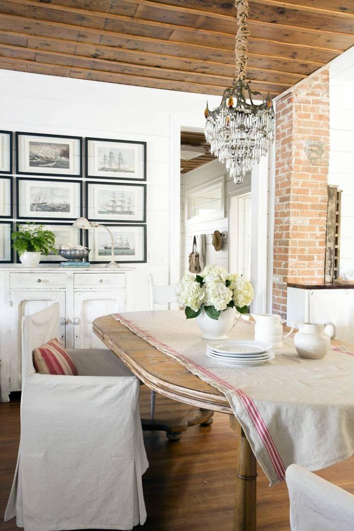 красивый интерьер столовой с кирпичной стеной