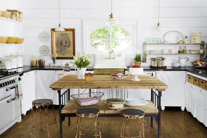 интерьер кухни с открытыми полками в стиле кантри фото