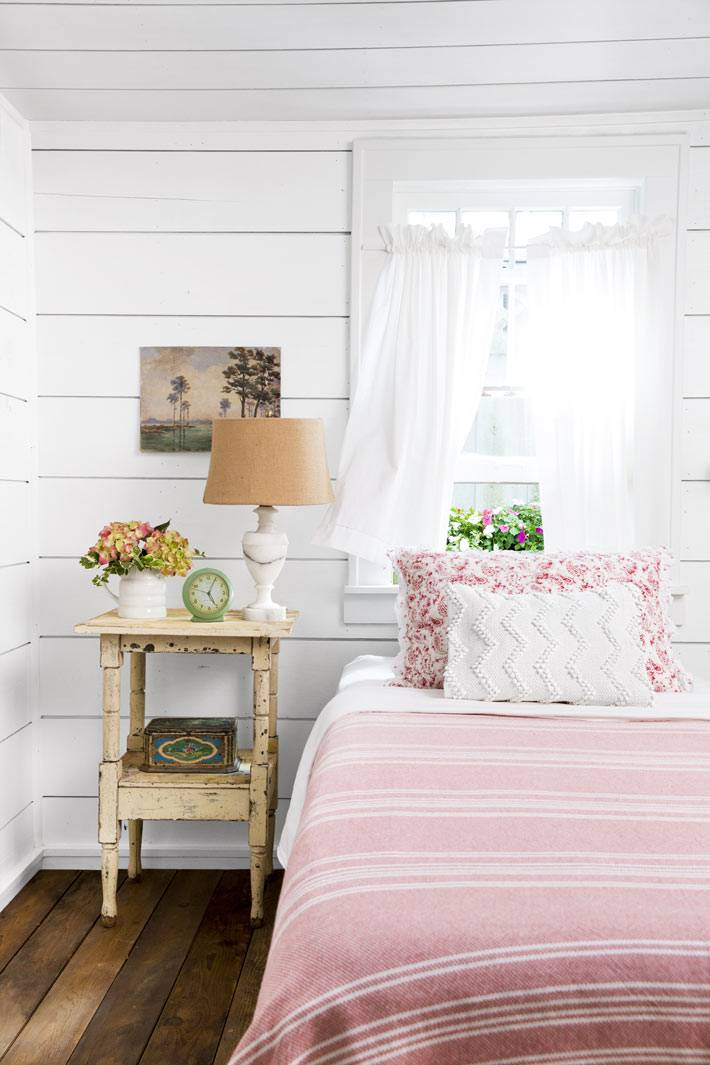 милый интерьер спальни в кантри стиле