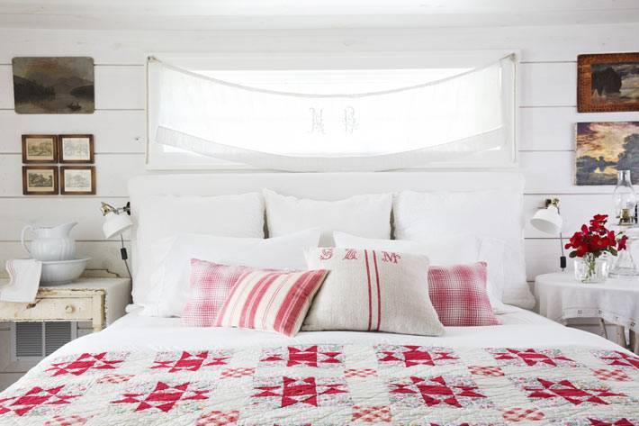 потертые тумбочки в дизайне спальни в сельском стиле