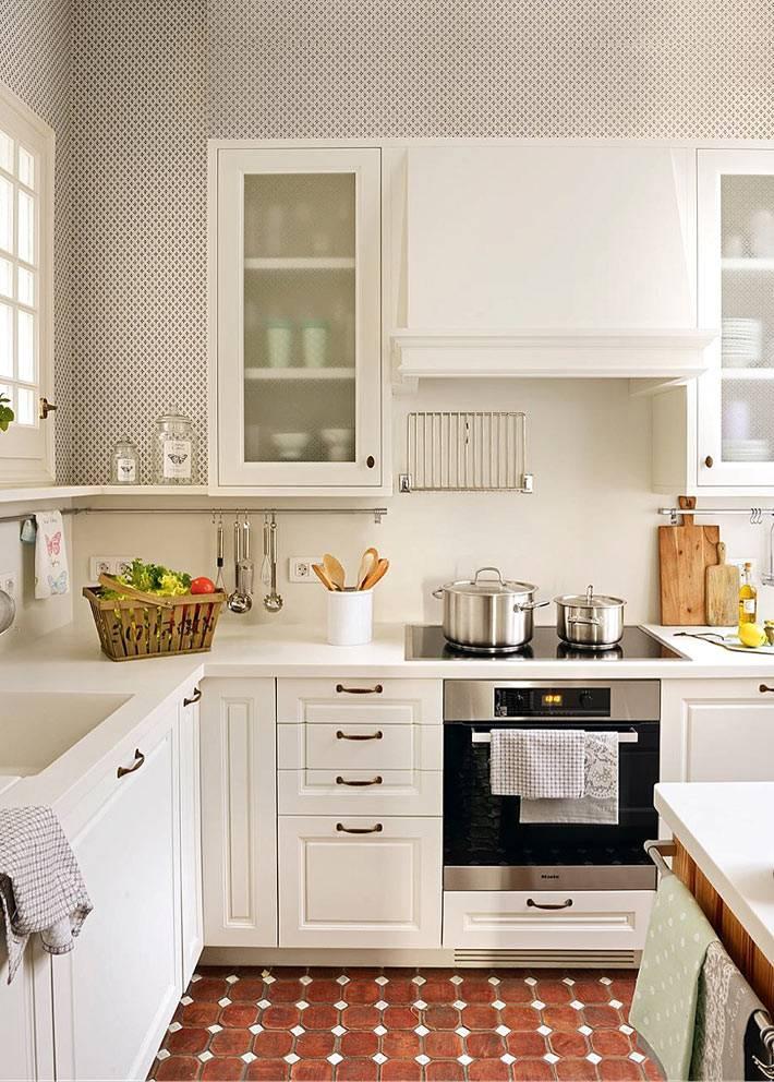 стеклянные непрозрачные фасады на белой кухонной мебели