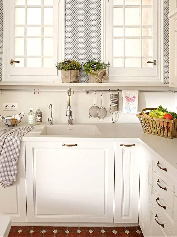 кухня молочного цвета с открытыми полками