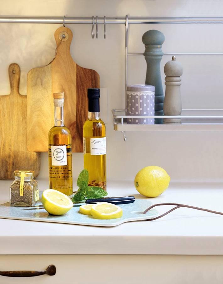 красивые кухонные принадлежности на рейлингах