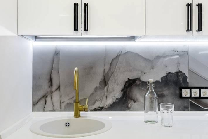 использование мрамора в интерьере белой кухни