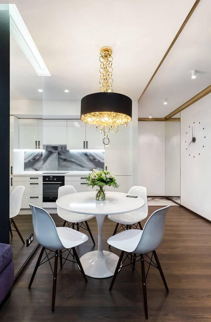 черная люстра для кухни над круглым обеденным столом