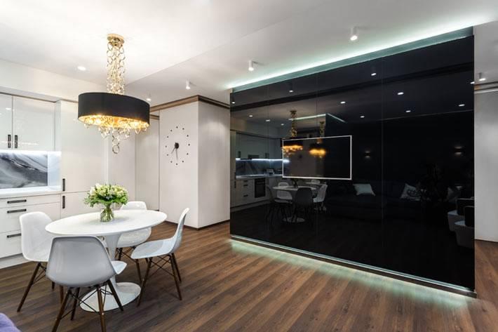 черная глянцевая стена в современной квартире фото