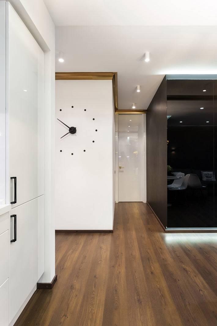 белые стены и темный ламинат в прихожей квартиры