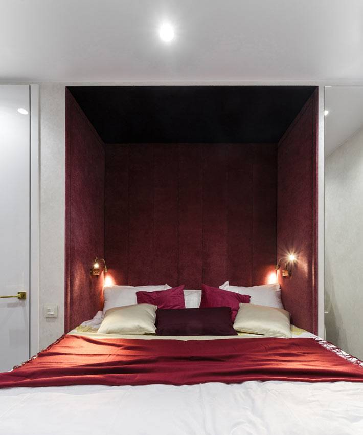 ниша для кровати оббита бардовым бархатом в спальне