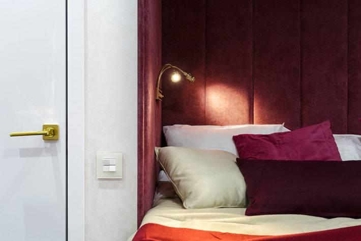 кровать в уютной нише спальной комнаты