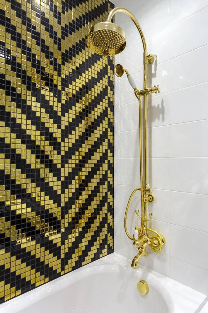 мелкая мозаика с золотом в дизайне ванной комнаты